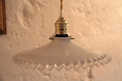 lampe-suspension-monte-et-baisse-ancien-abat-jour-en-opaline-plissee-et-bord-ondule-translucide