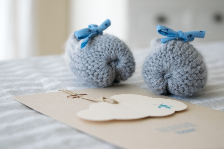 Dansmabesace - Tricot - Bienvenue Isaac - Chaussons bébé gris noeuds étoiles bleues