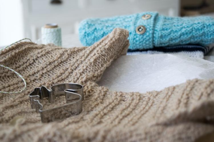 Dansmabesace - Tricot - Bienvenue Isaac - Zoom gilet jersey rayé mousse et gilets bleus